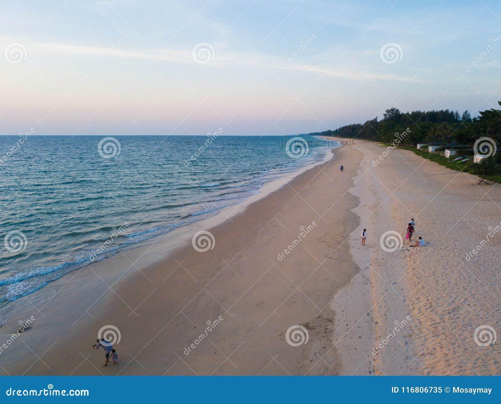 Vista aerea di bei spiaggia e mare sull isola a tempo di tramonto