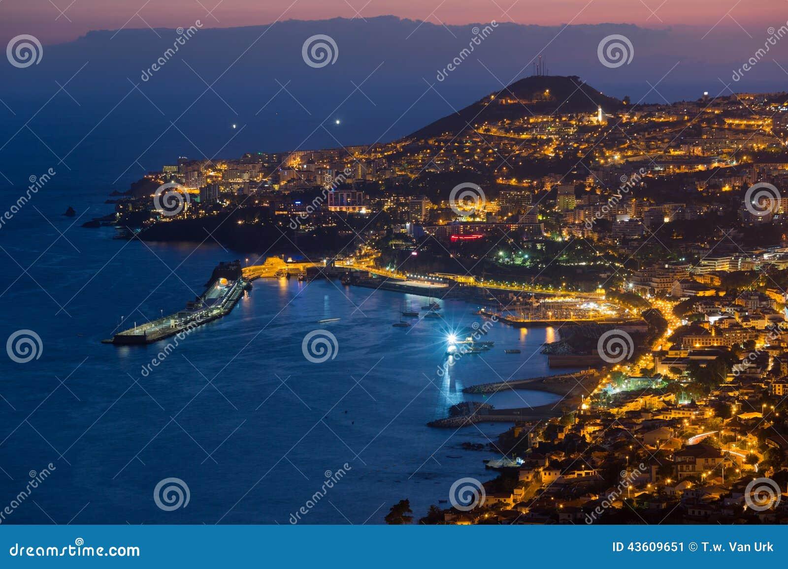 Vista aerea di Funchal di notte, isola del Madera