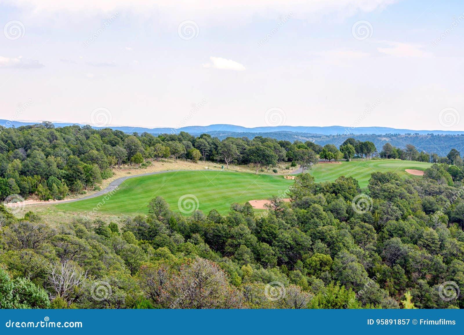 Vista aerea di luce del giorno al club di golf in Ruidoso