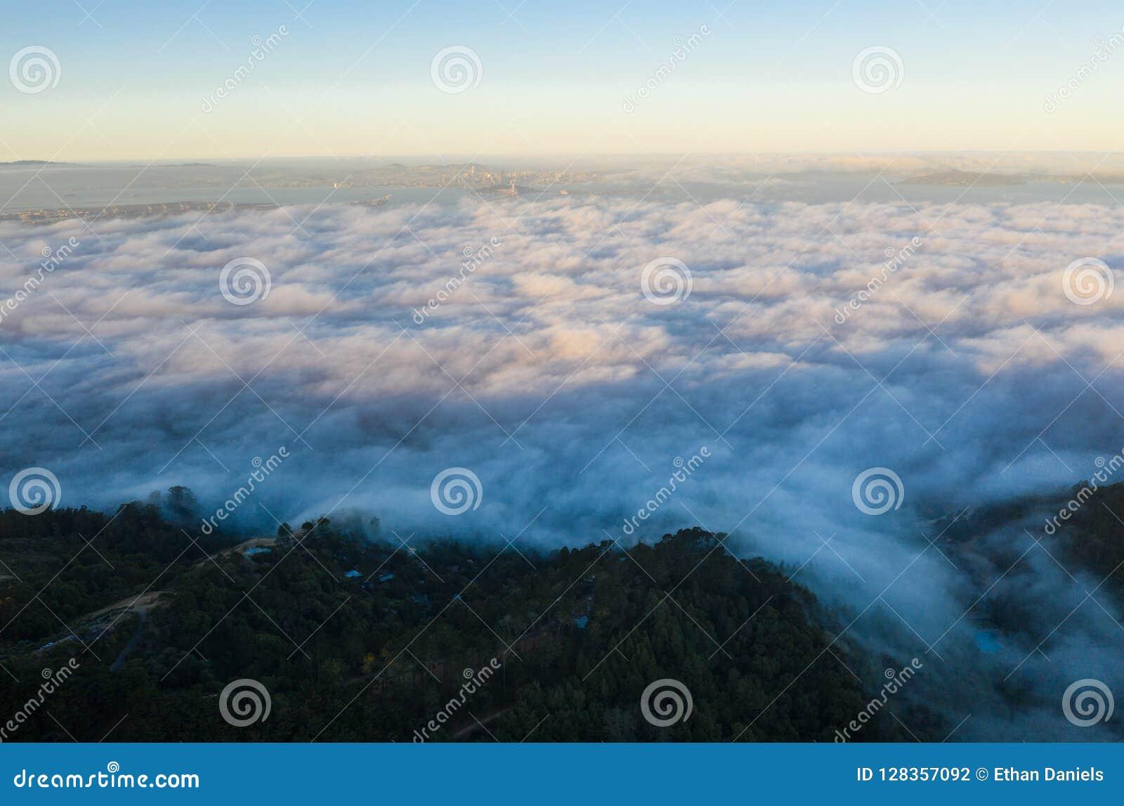 Vista aerea di Marine Layer Drifting Over San Francisco Bay Area