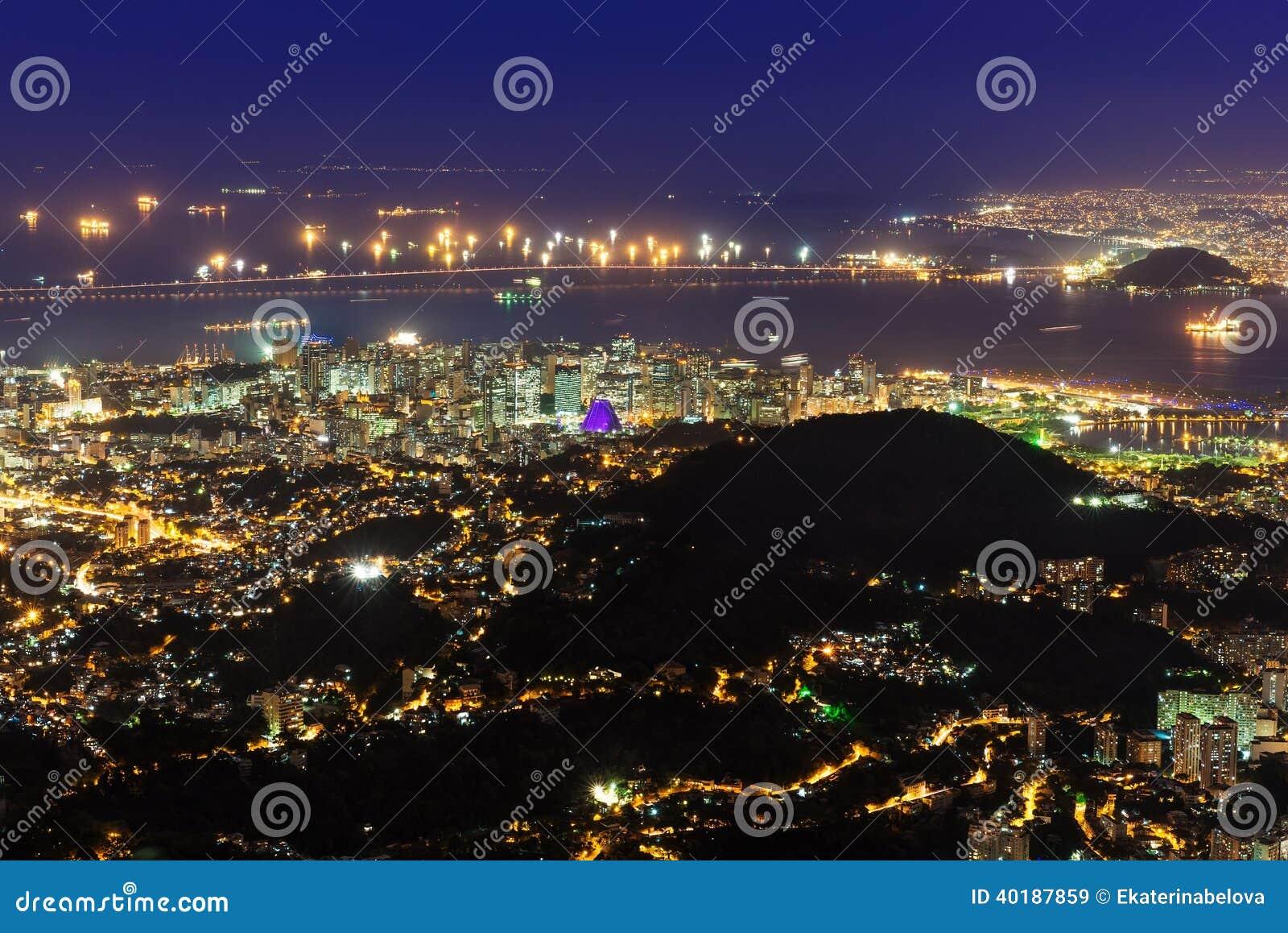 Vista aerea di notte di Centro, di Lapa, di Flamengo e di ?athedral. Rio de Janeiro