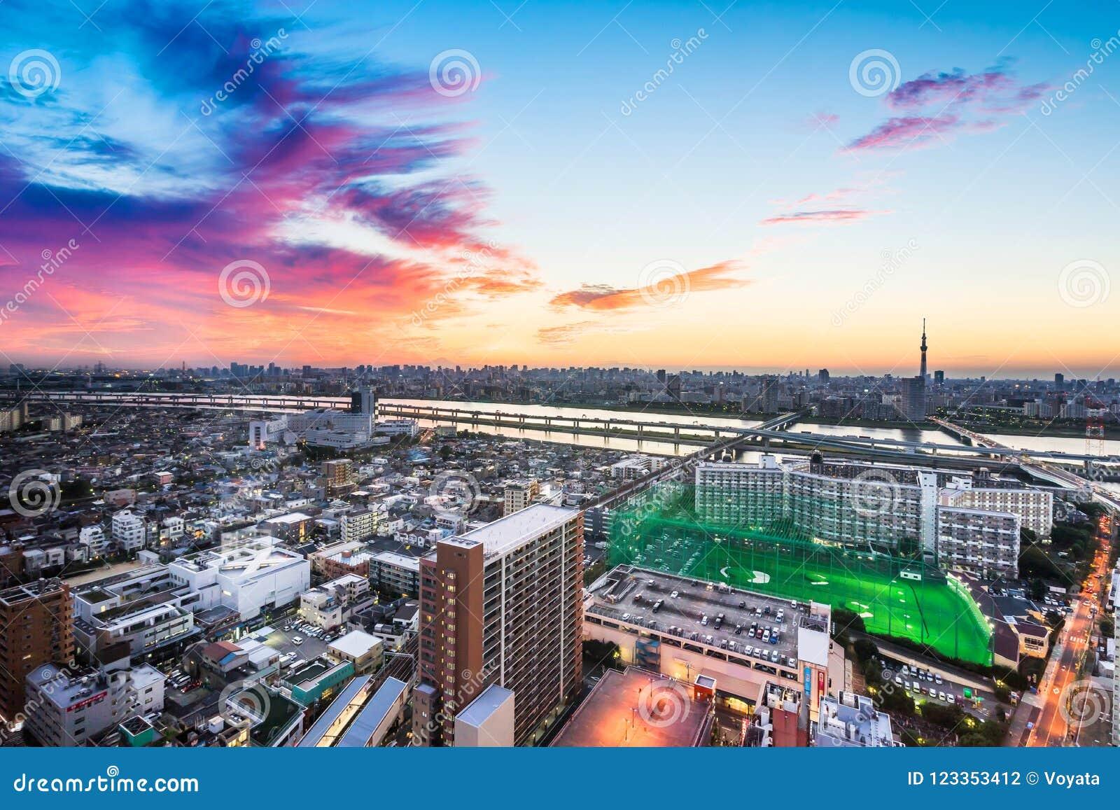 Vista aerea di occhio di uccello moderna panoramica dell orizzonte della città nell ambito di incandescenza drammatica di tramont