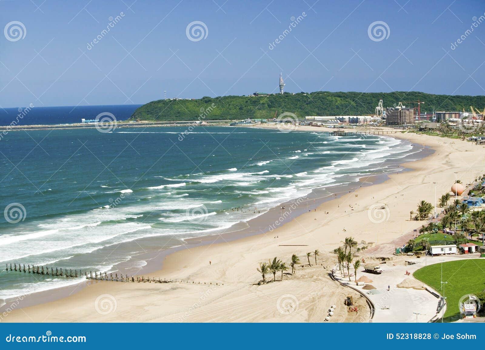 Vista aerea di Oceano Indiano e delle spiagge sabbiose bianche nel centro città di Durban, Sudafrica