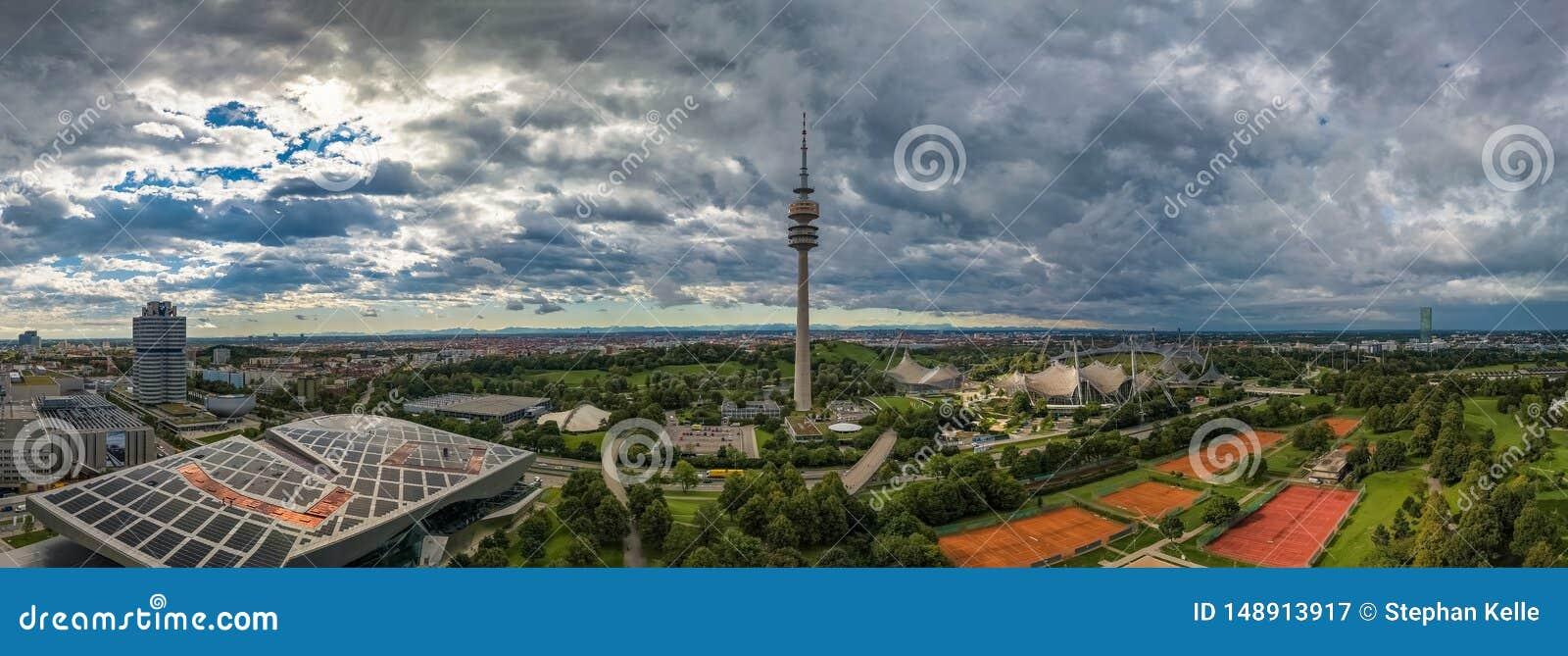 Vista aerea di Olympiapark e della torre olimpica Monaco di Baviera di Olympiaturm