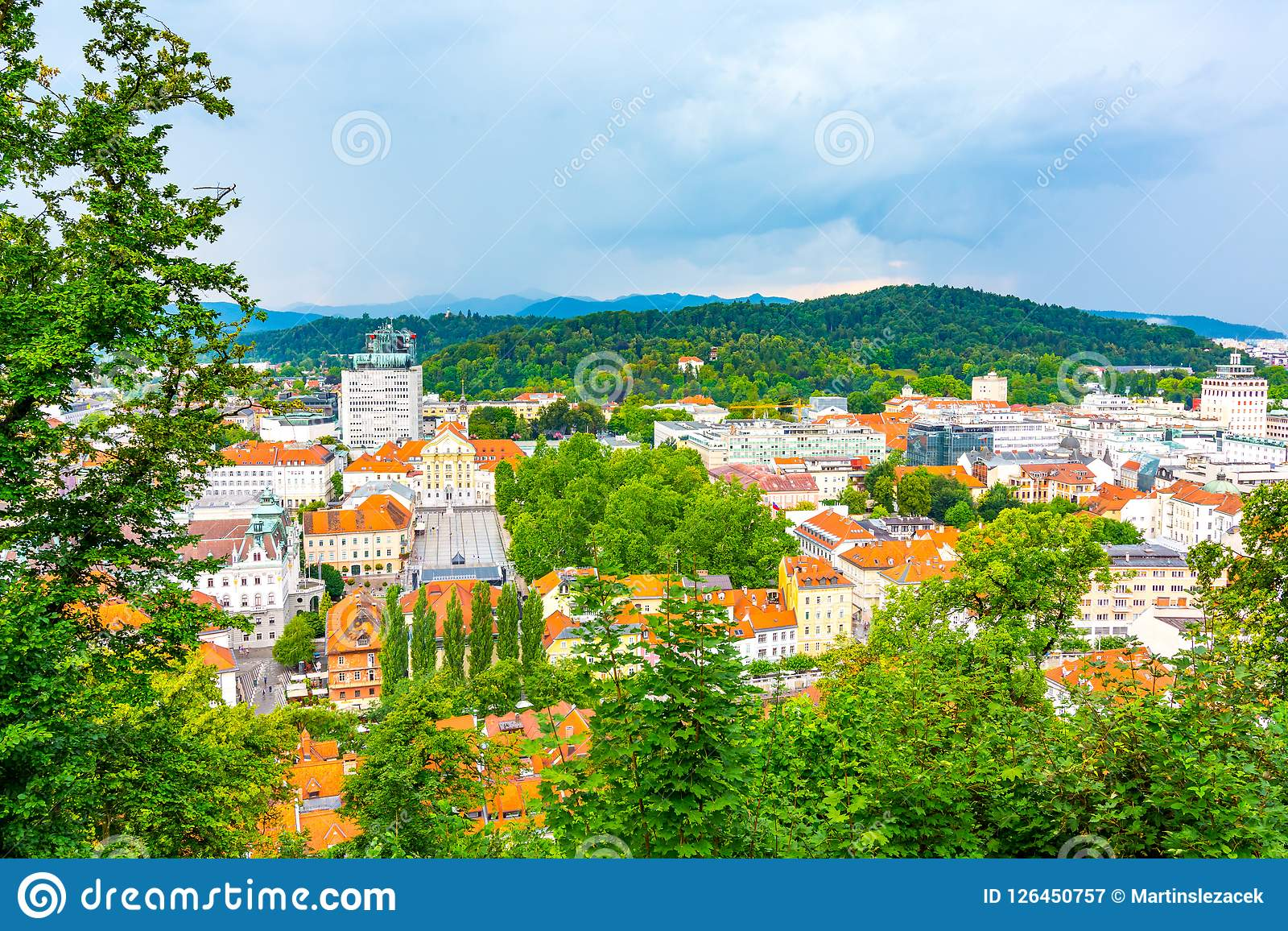 Vista aerea di paesaggio urbano di Transferrina Guardi alla capitale della Slovenia dal parco del castello