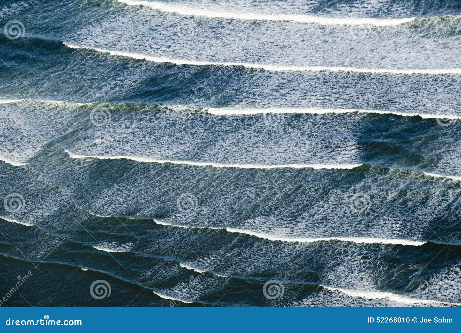 Vista aerea di rottura delle onde di oceano a sud di Portland, Maine