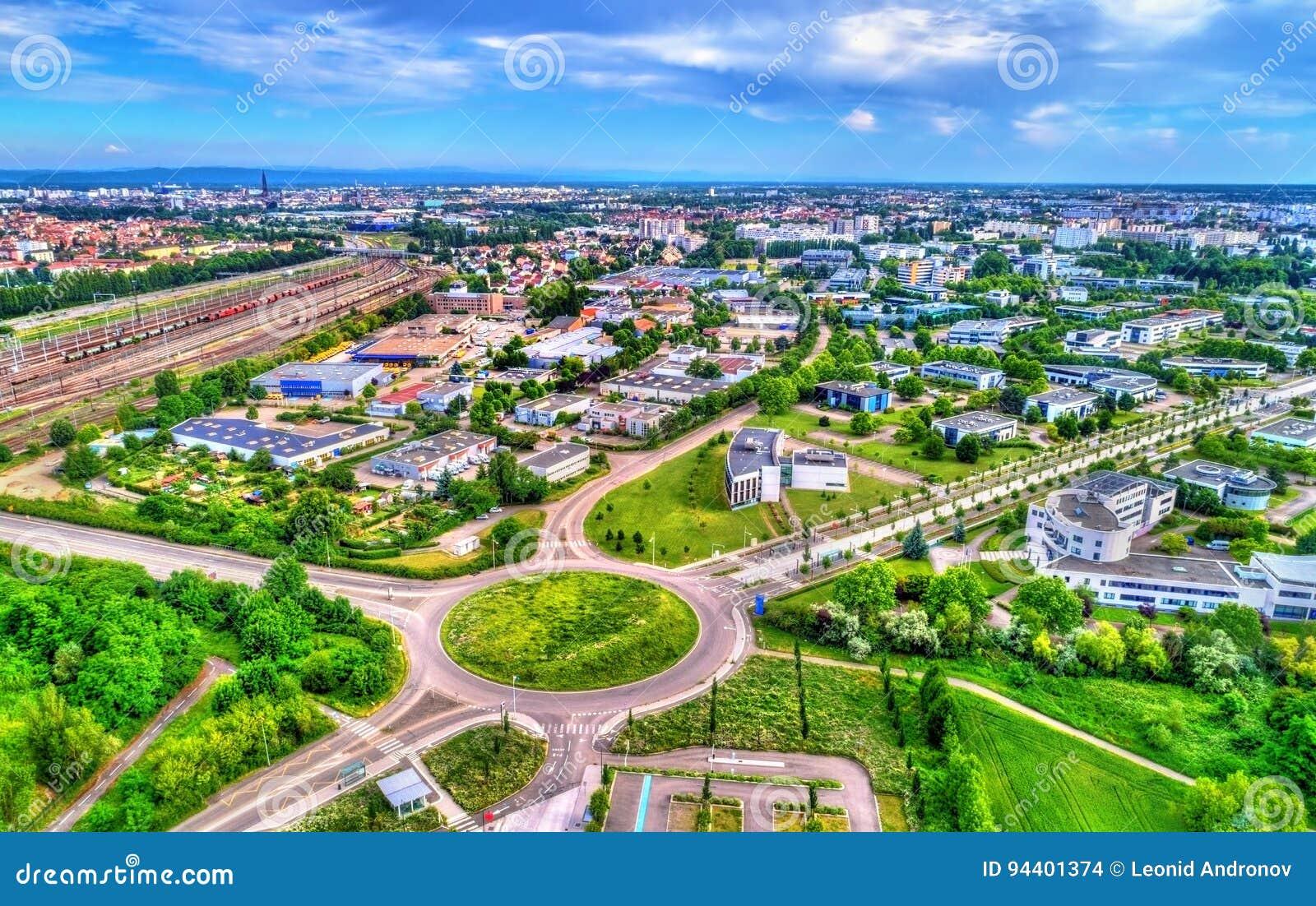 Vista aerea di una rotonda in Schiltigheim vicino a Strasburgo, Francia