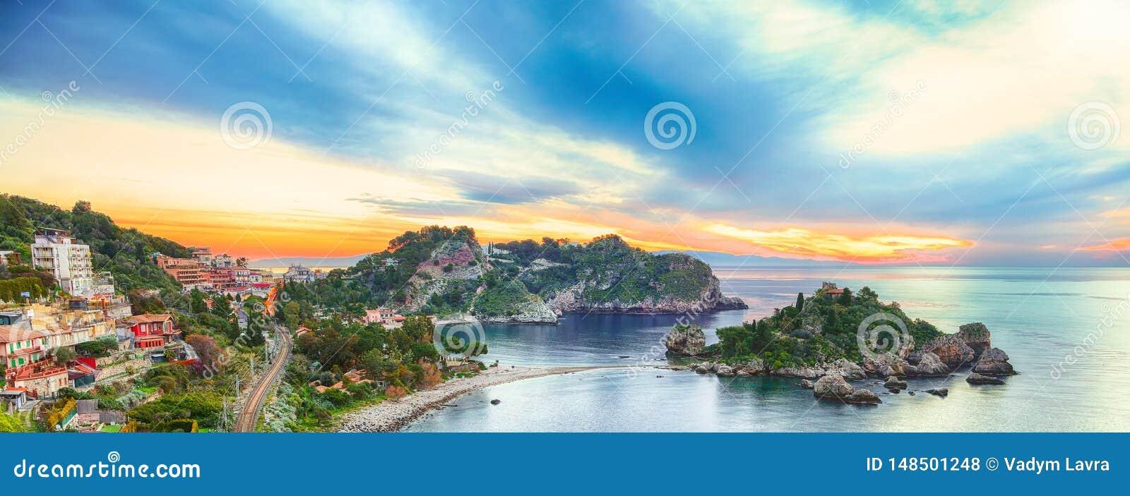 Vista aerea panoramica dell isola e della spiaggia di Isola Bella in Taormina