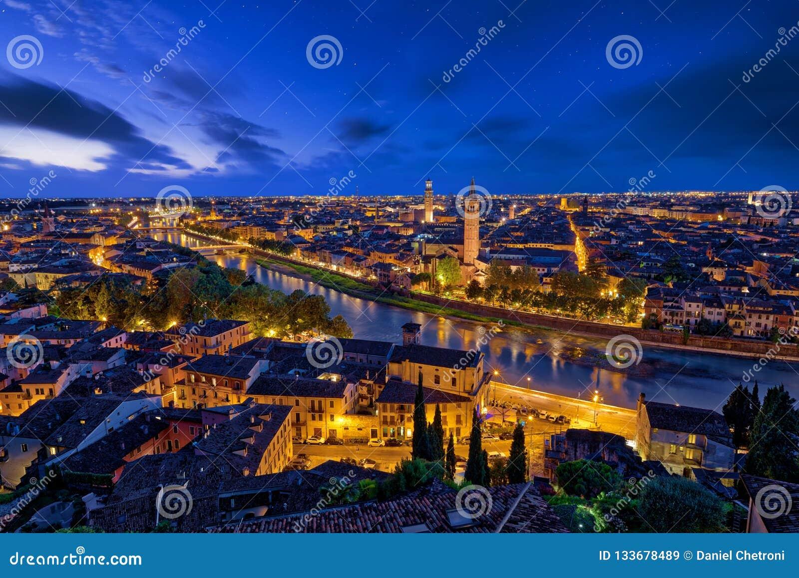Vista aerea panoramica di Verona, Italia all ora blu, dopo summe