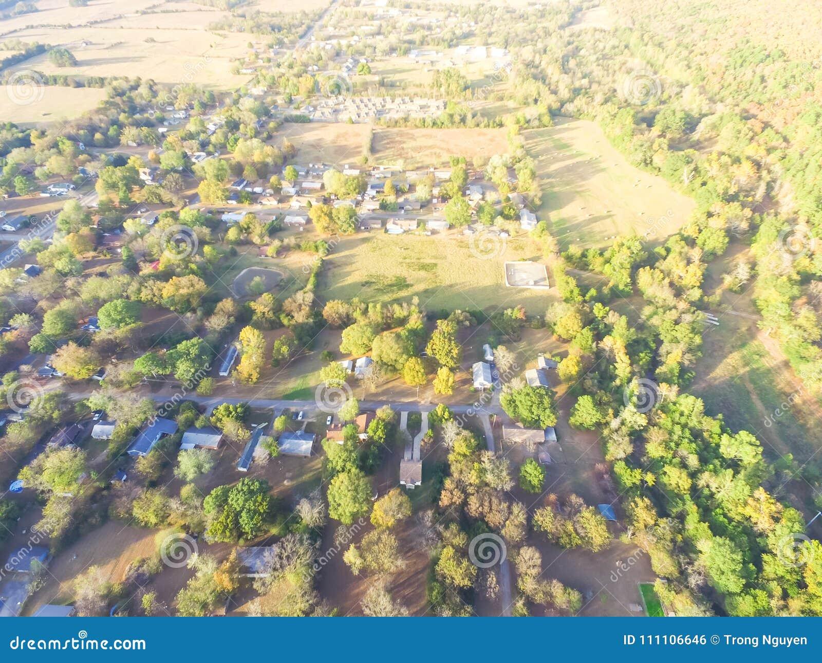 Vista aerea scenica di area suburbana verde di Ozark, Arkansas, Stati Uniti