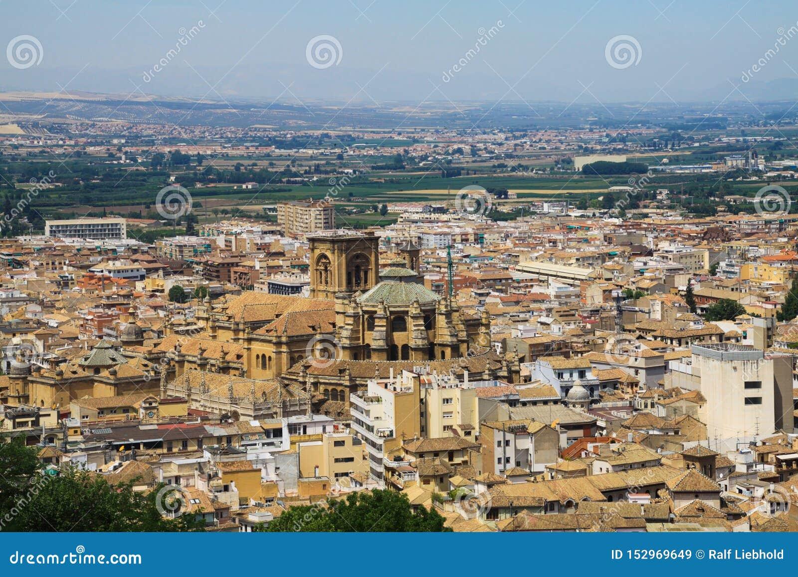 Vista aerea sopra Granada da Alhambra con il renacentista di Catedral della cattedrale, Andalusia