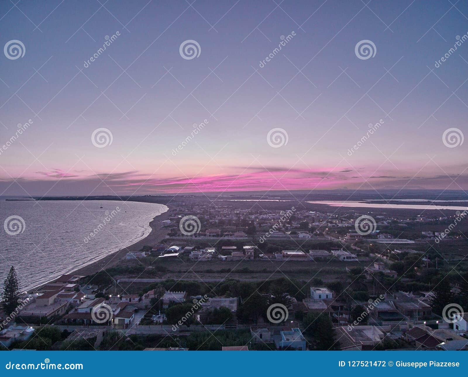 Vista aerea sul posto della spiaggia della spiaggia di Granelli al tramonto