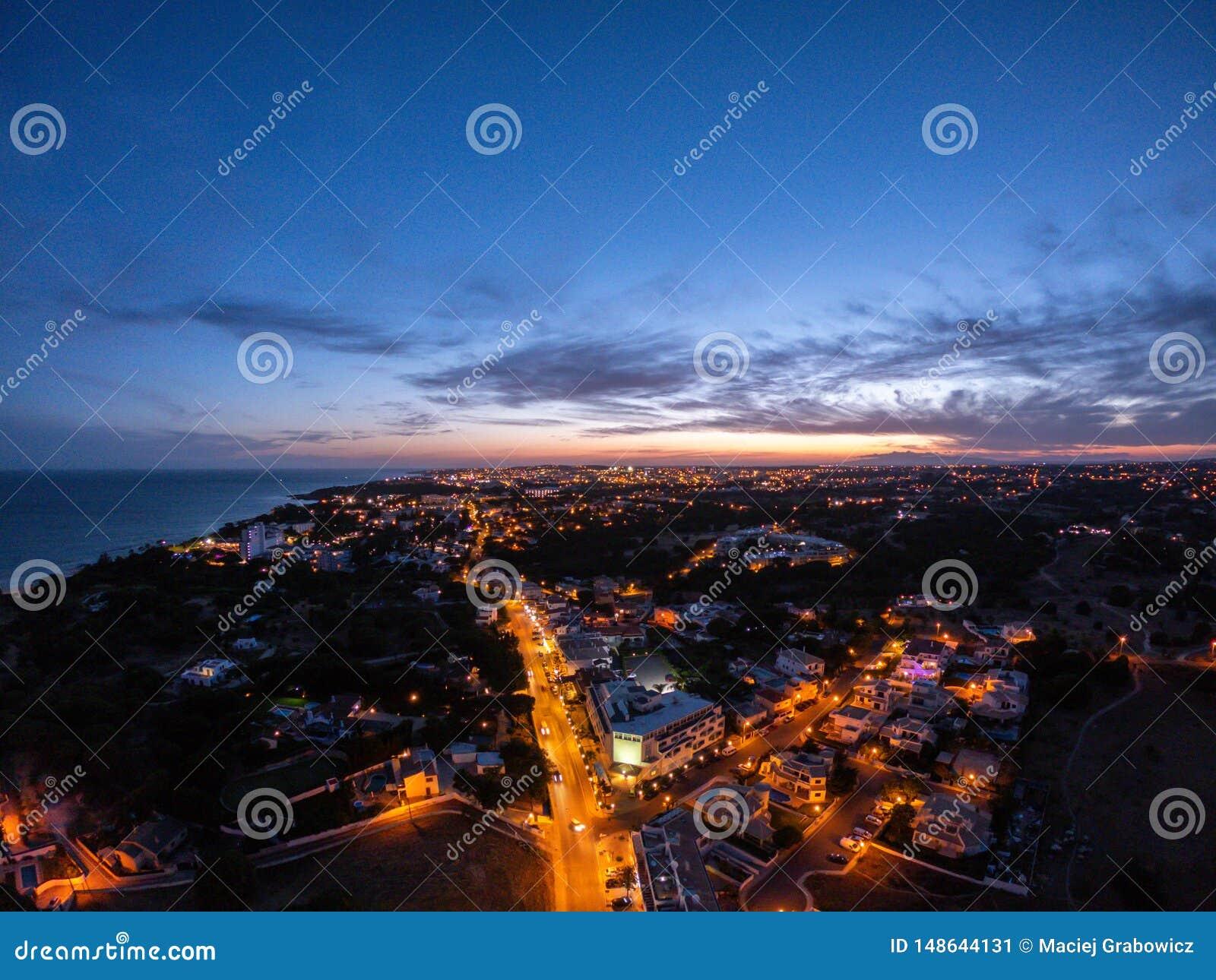 Vista aerea sulla citt? alla notte, Albufeira, Portogallo Vie illuminate al tramonto