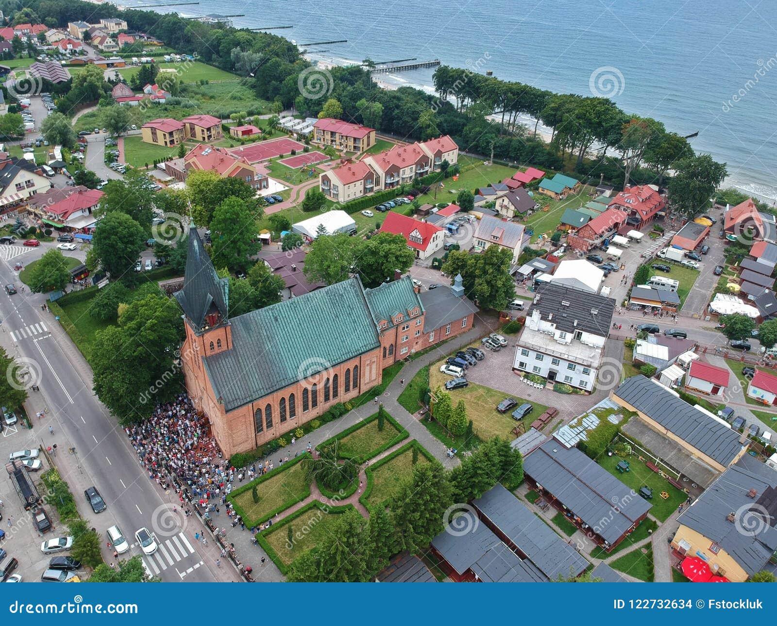 Vista aerea sulla riunione della gente fedele durante la devozione in chiesa