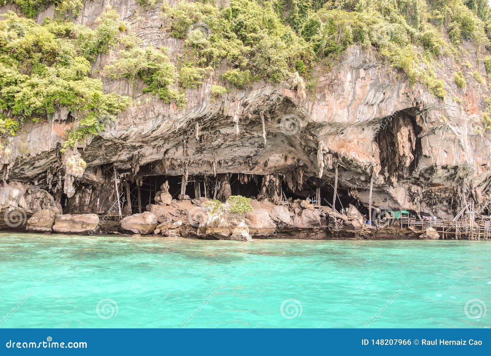Vista agradável da caverna de Viking onde os ninhos do pássaro são recolhidos na ilha de Phi-Phi Leh em Krabi, Tailândia