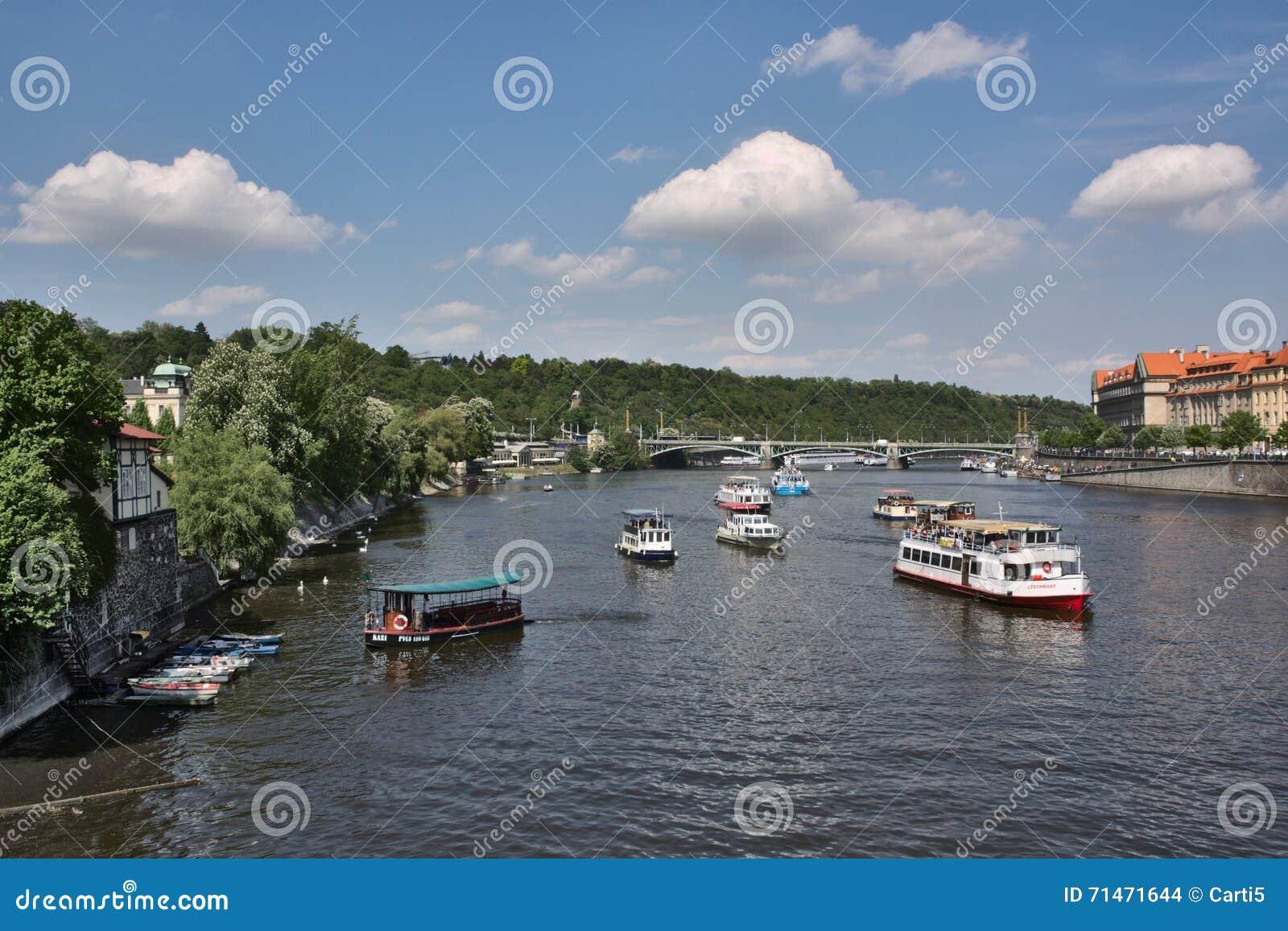Vista al fiume la Moldava dal ponte del prag