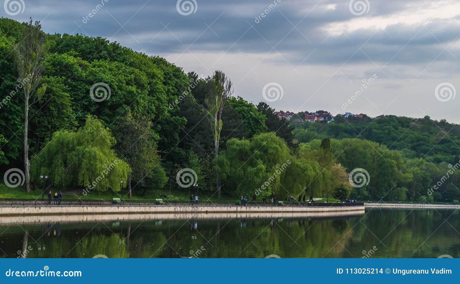 Vista al lago Valea Morilor y los sorroundings en Chisinau, el Moldavia