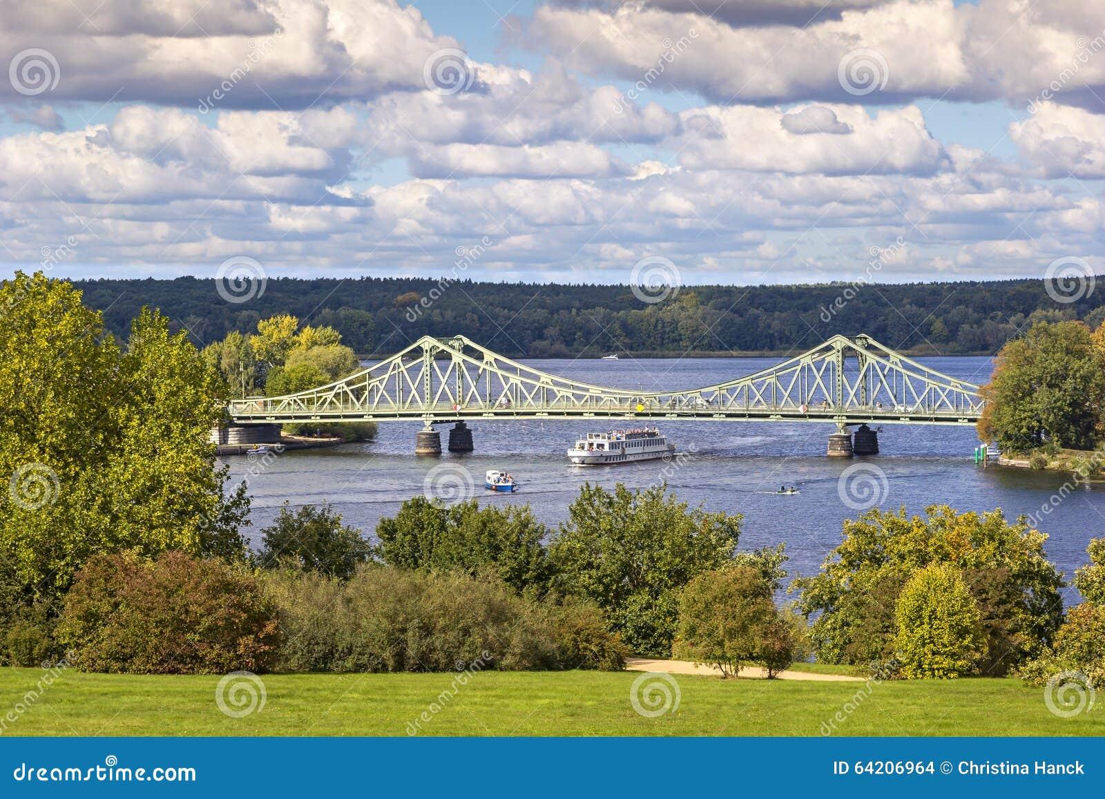 Vista al puente de Glienicke, Potsdam, Alemania