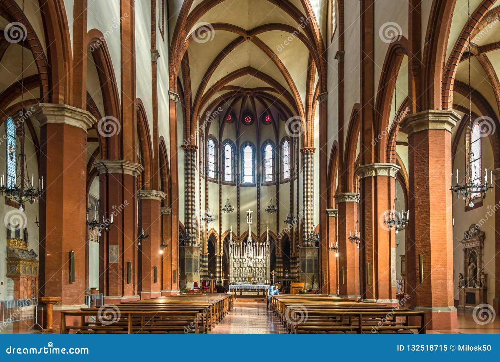 Vista All'interno Della Basilica San Francesco A Bologna ...