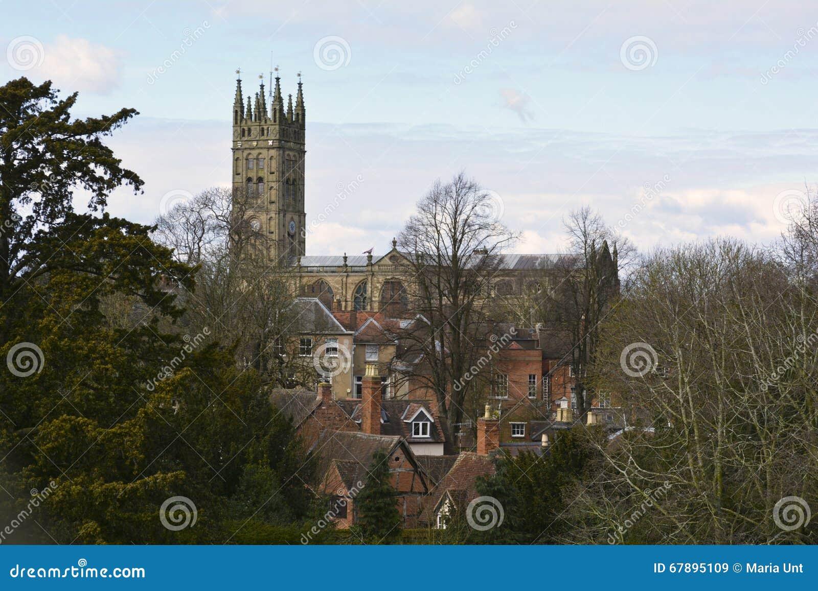 Vista alla cattedrale medievale ed alla vecchia città di Warwick, Inghilterra, Regno Unito