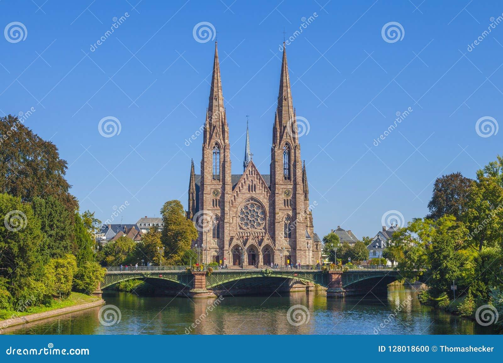 Vista alla chiesa di Saint Paul con il Ill del fiume a Strasburgo, Francia