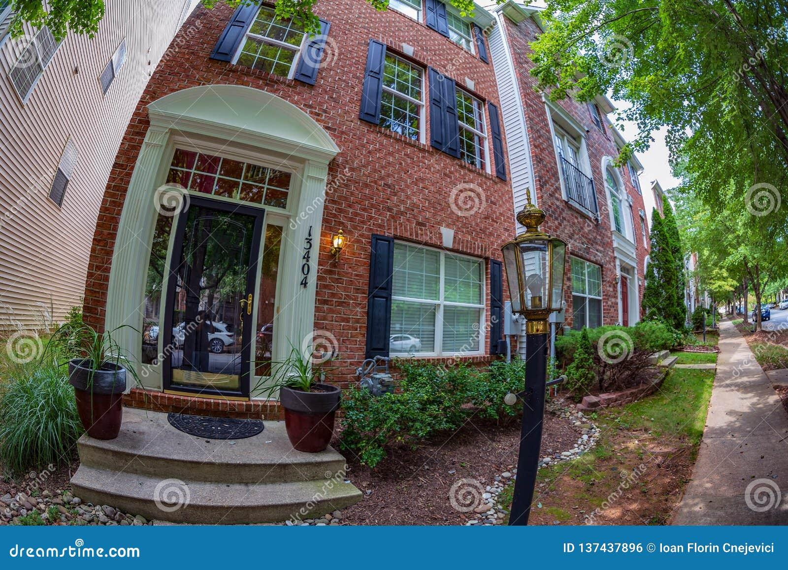 Vista alla facciata delle case americane tipiche, Maryland, U.S.A.