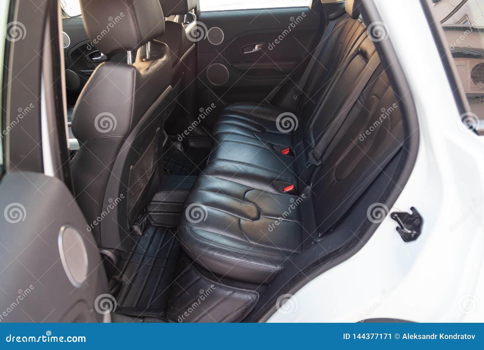 Vista ao interior da terra Rover Evoque com a porta traseira aberta e dos assentos após a limpeza antes da venda no estacionament