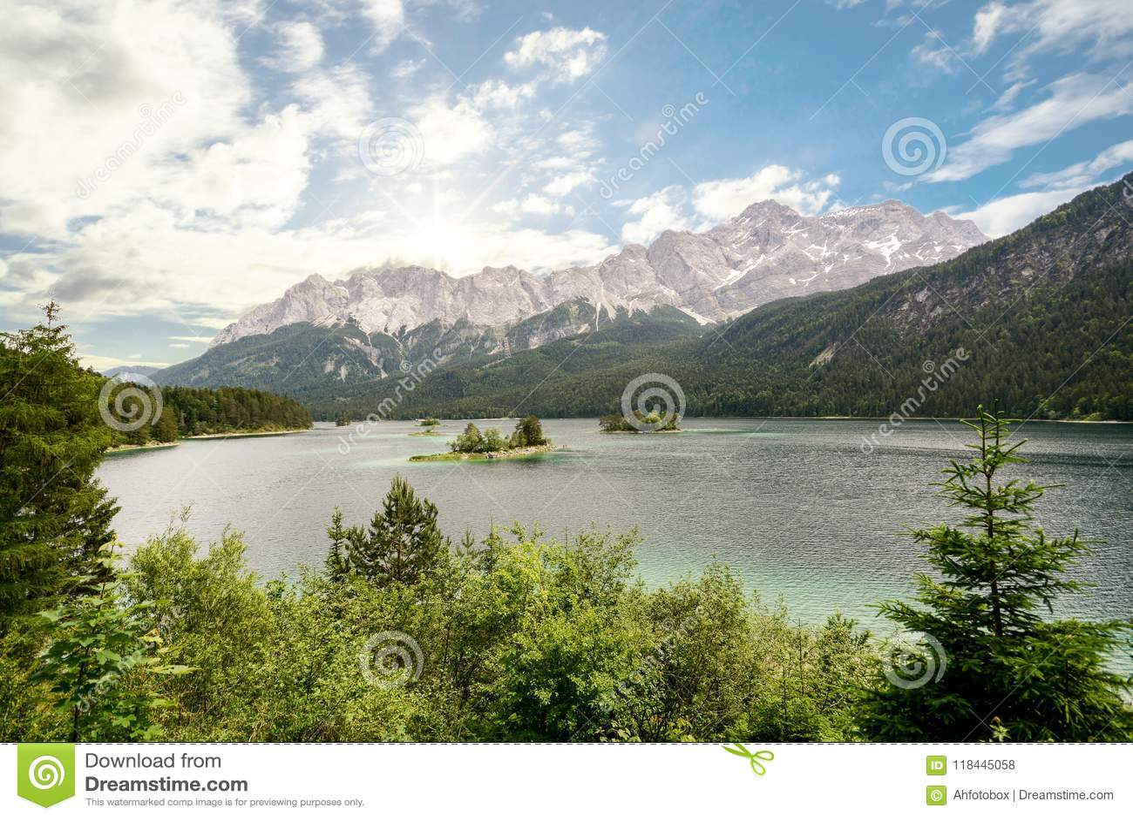 Vista ao lago Eibsee e Zugspitze, a montanha a mais alta nos cumes bávaros, Baviera Alemanha do ` s de Alemanha