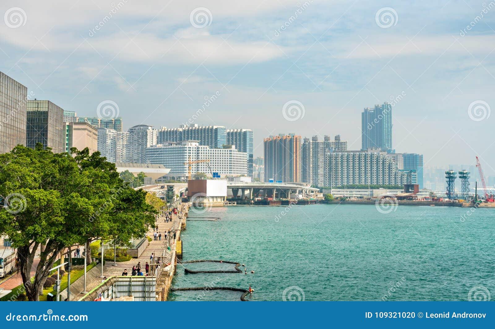 Vista ao longo do Tsim Sha Tsui Promenade em Hong Kong