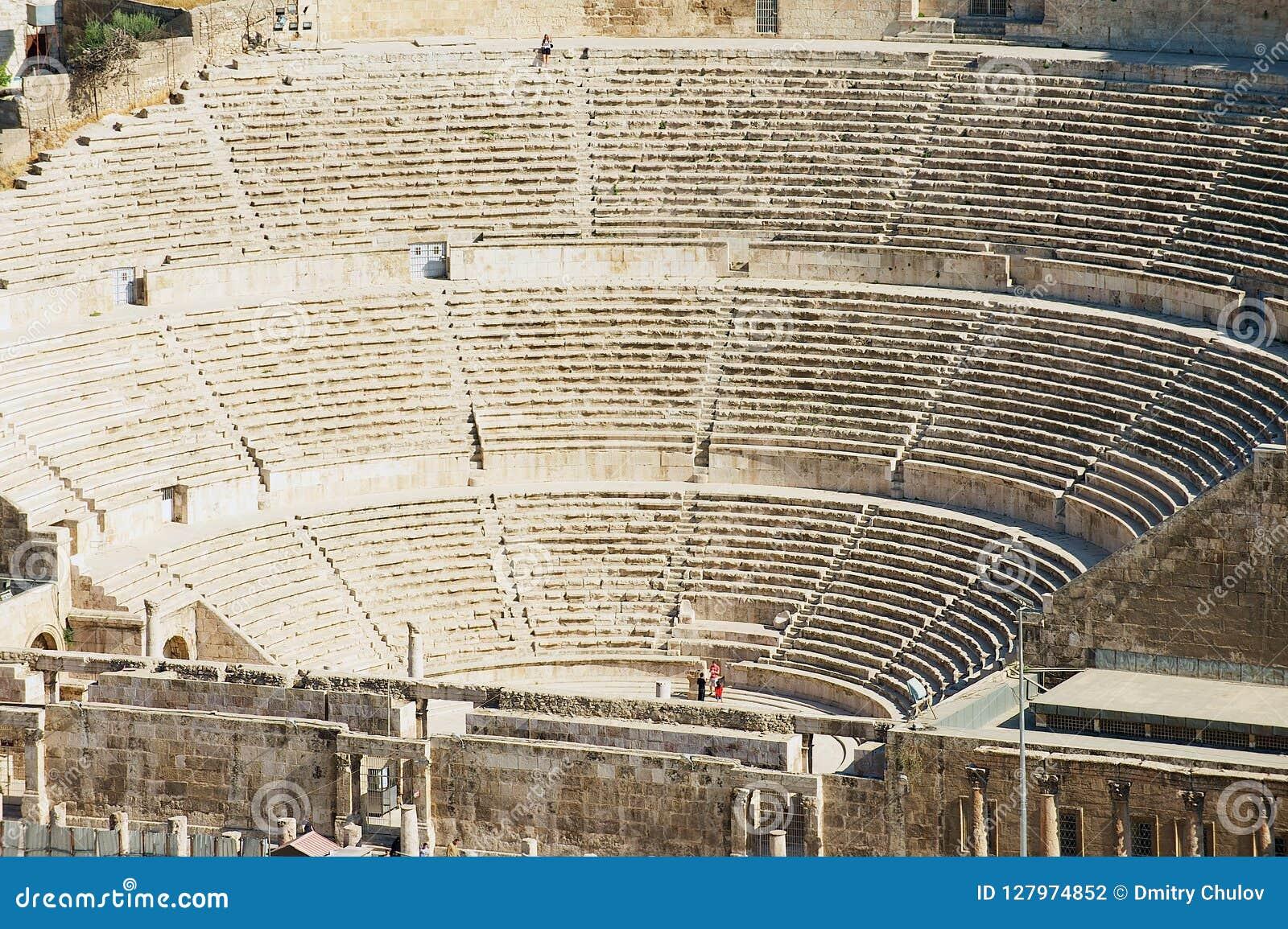 Vista ao teatro romano antigo em Amman, Jordânia