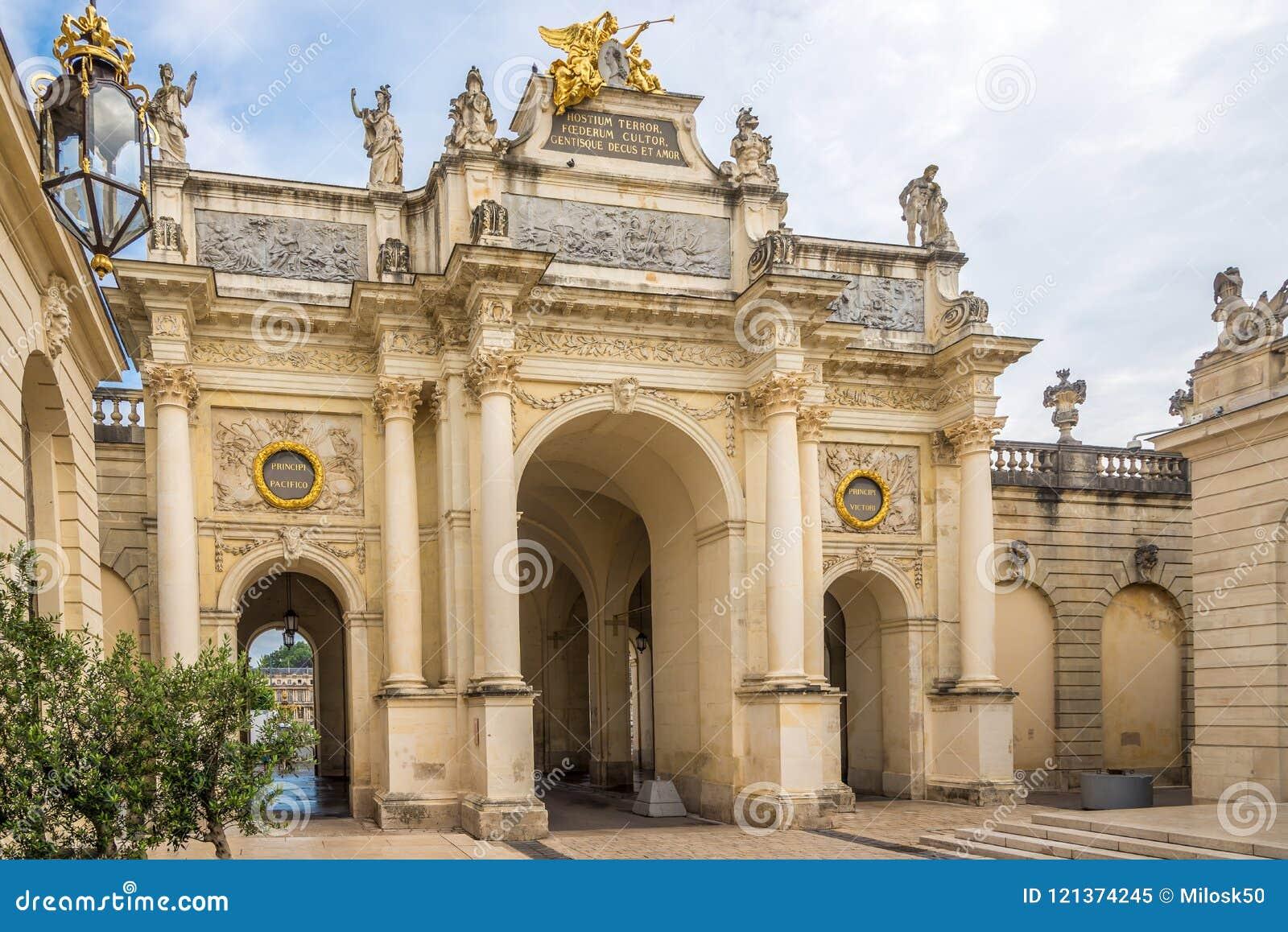 Vista aqui no arco perto do lugar de Estanislau em Nancy - França