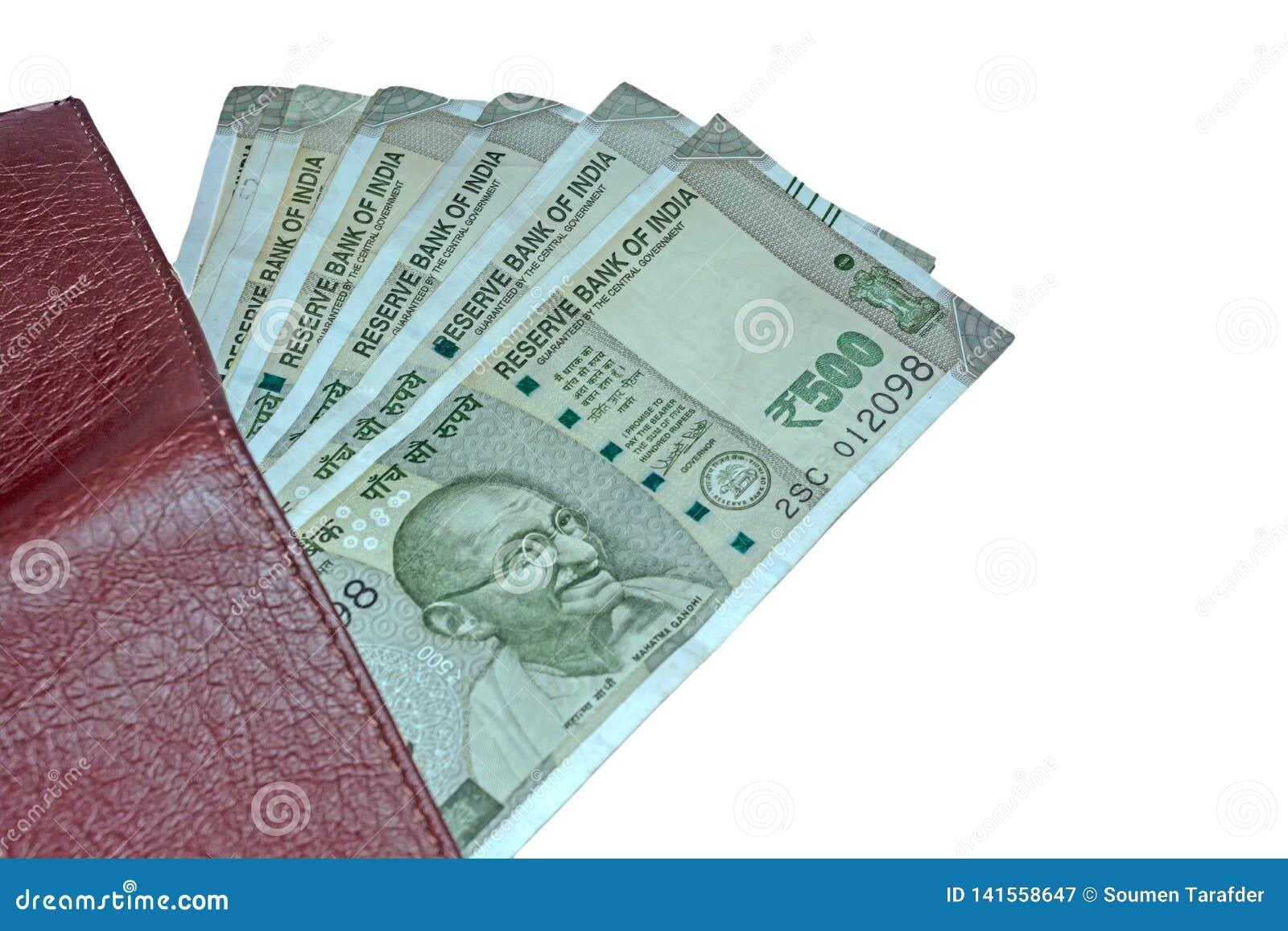 Vista ascendente cercana de la cartera y de 500 rupias de notas indias sobre el fondo aislado blanco