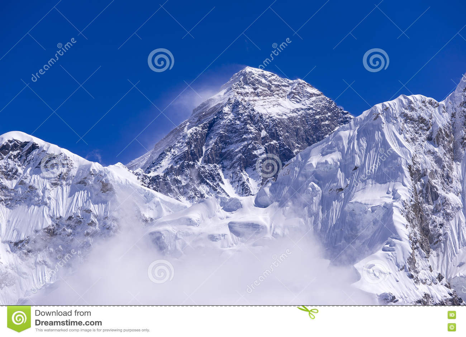 Vista ascendente fechado de Everest de Gorak Shep Durante a maneira ao acampamento base de Everest