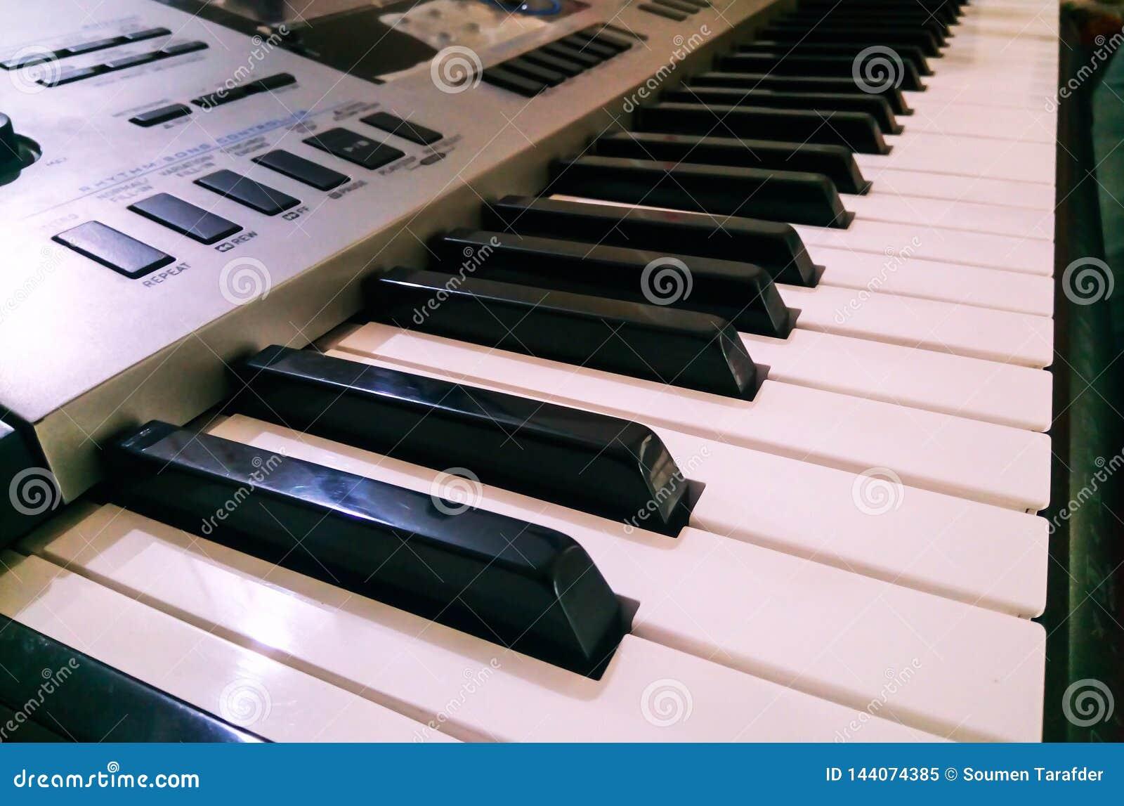 Vista ascendente próxima do teclado eletrônico do sintetizador do piano Foco seletivo e opini?o de ?ngulo lateral