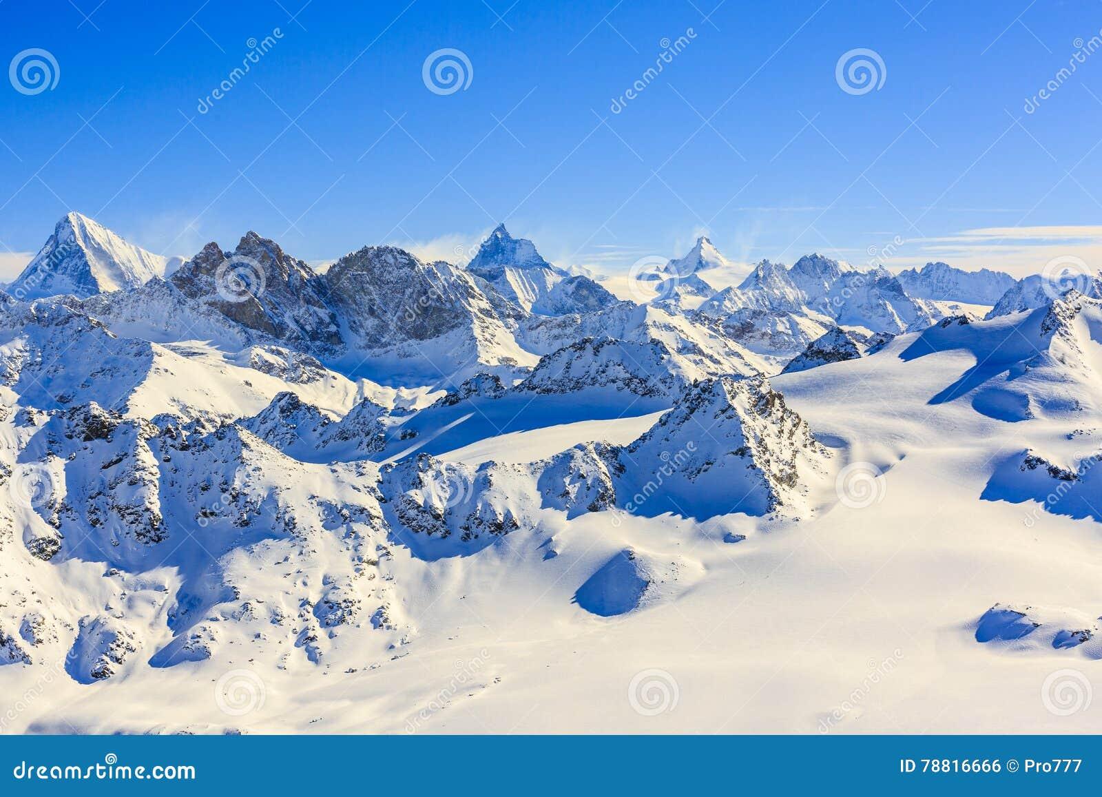Vista asombrosa de moutains famosos suizos en nieve hermosa del invierno