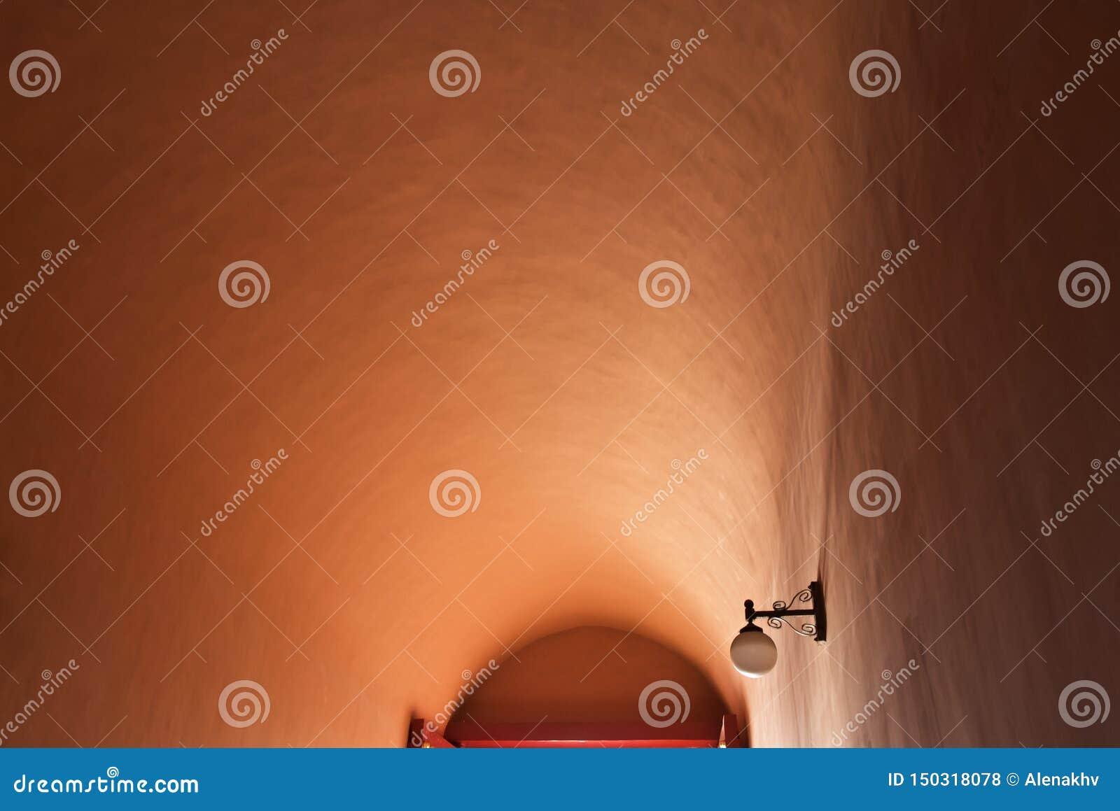 Vista astratta delle tonalità su un soffitto rotondo del cemento di terracotta strutturata