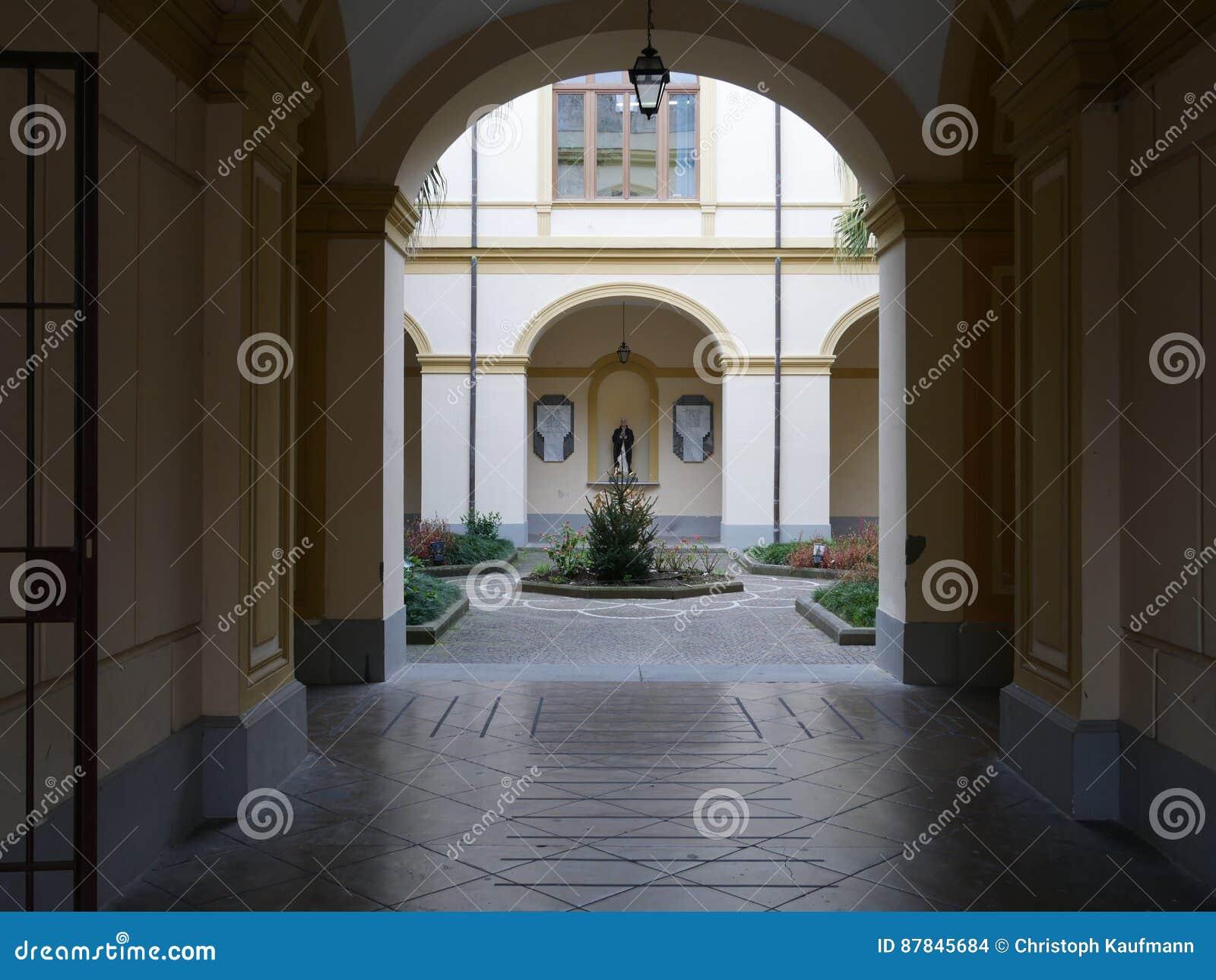 Vista através de um arco de um pátio formal
