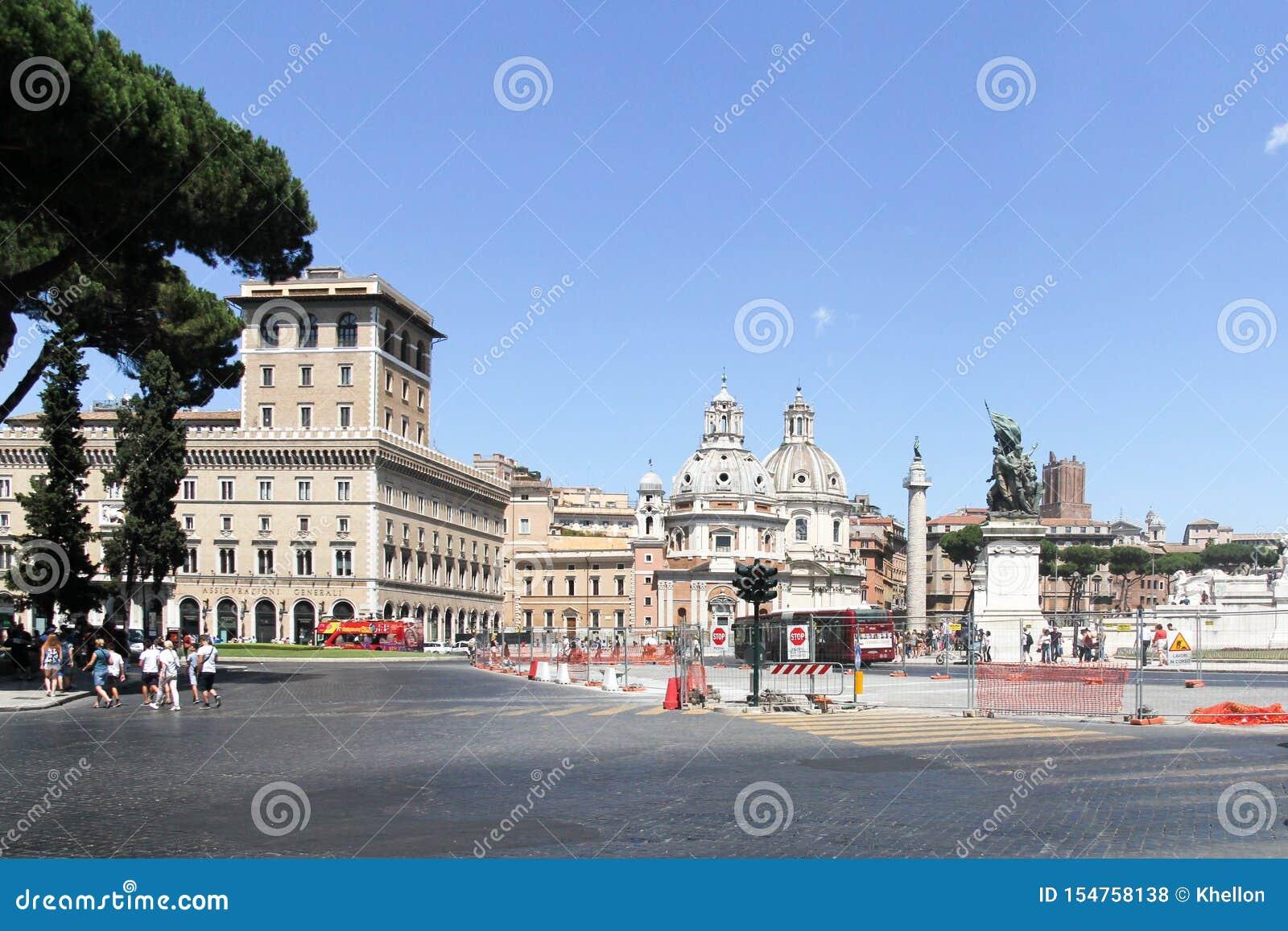 Vista attraverso la piazza Venetzia alla chiesa di Santa Maria di Loreto a Roma, Italia