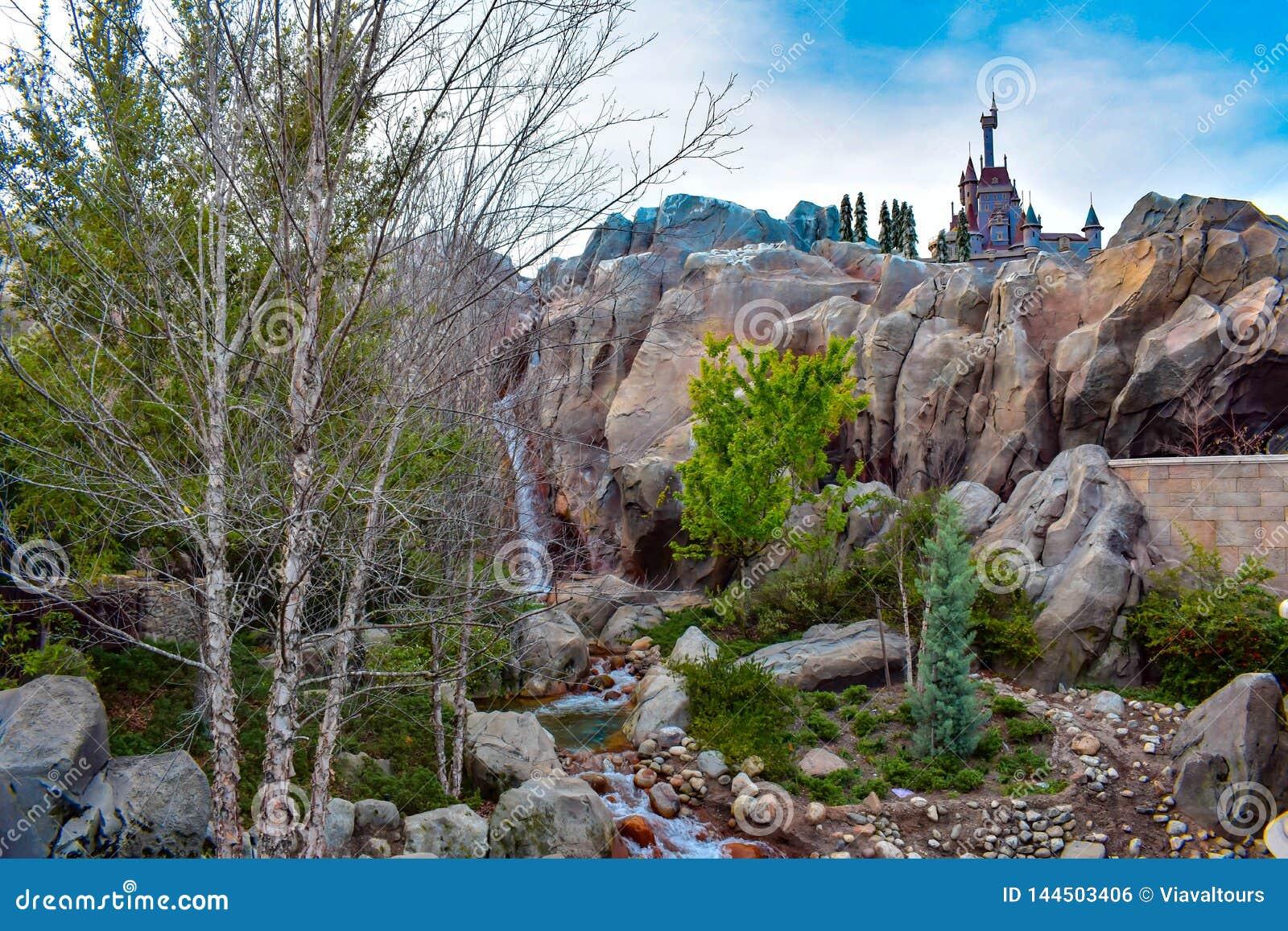 A vista bonita da cachoeira e do castelo do animal seja nosso restaurante do convidado no reino mágico em Walt Disney World