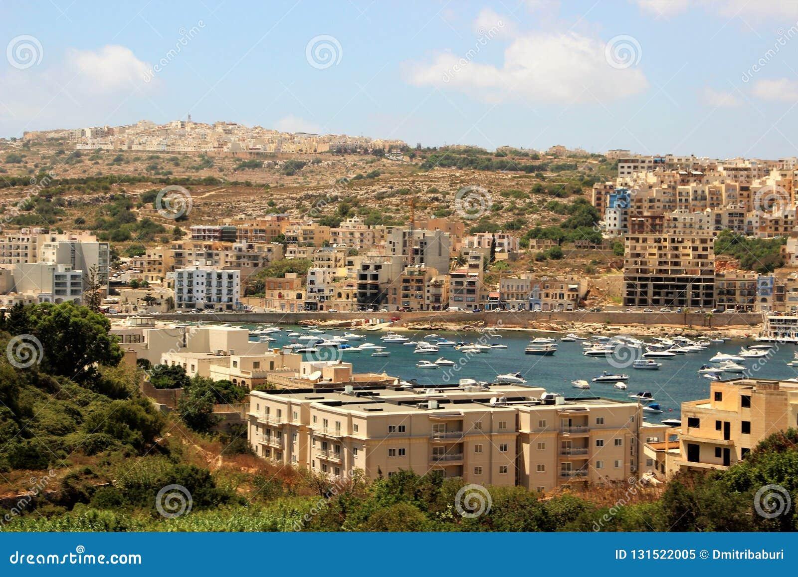Vista bonita da cidade de estância balnear na ponta da ilha de Malta