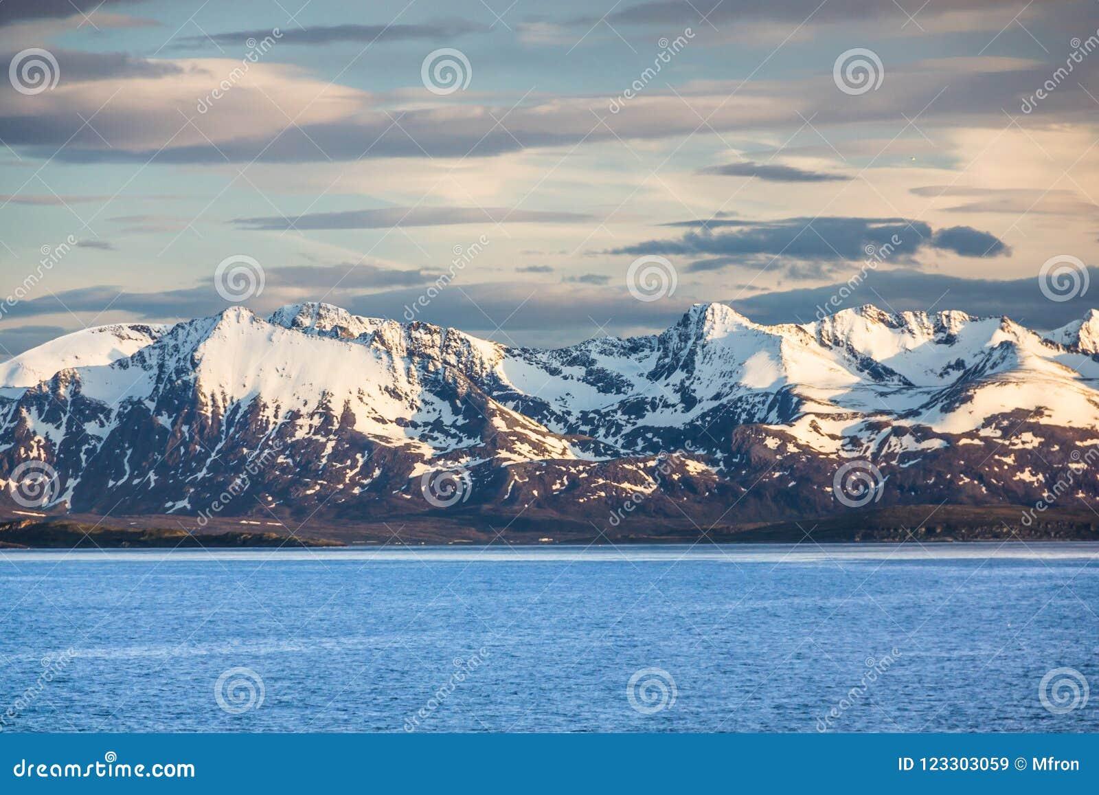 Vista bonita de Noruega do norte perto de Alta