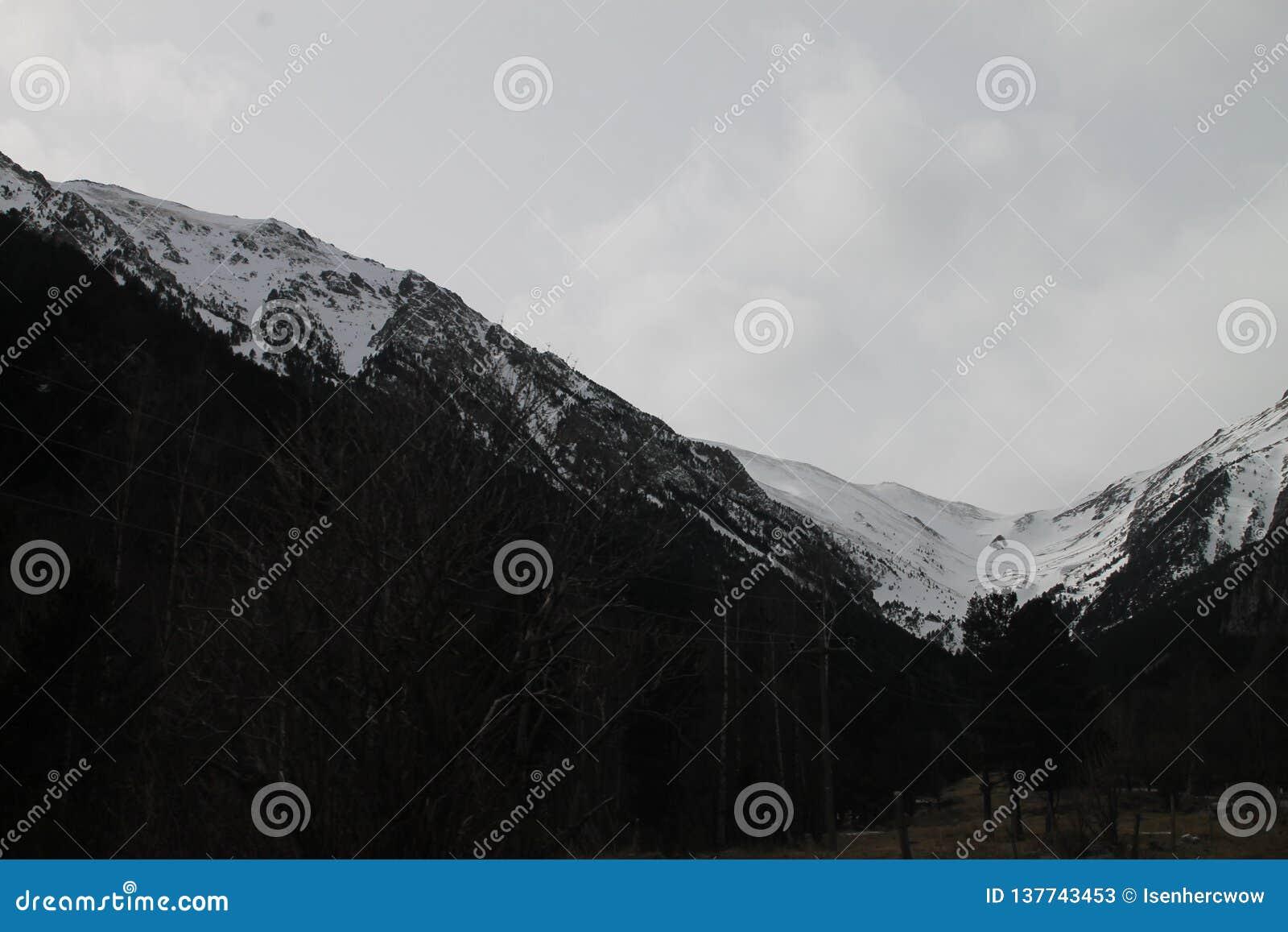 Vista bonita de uma montanha nevado