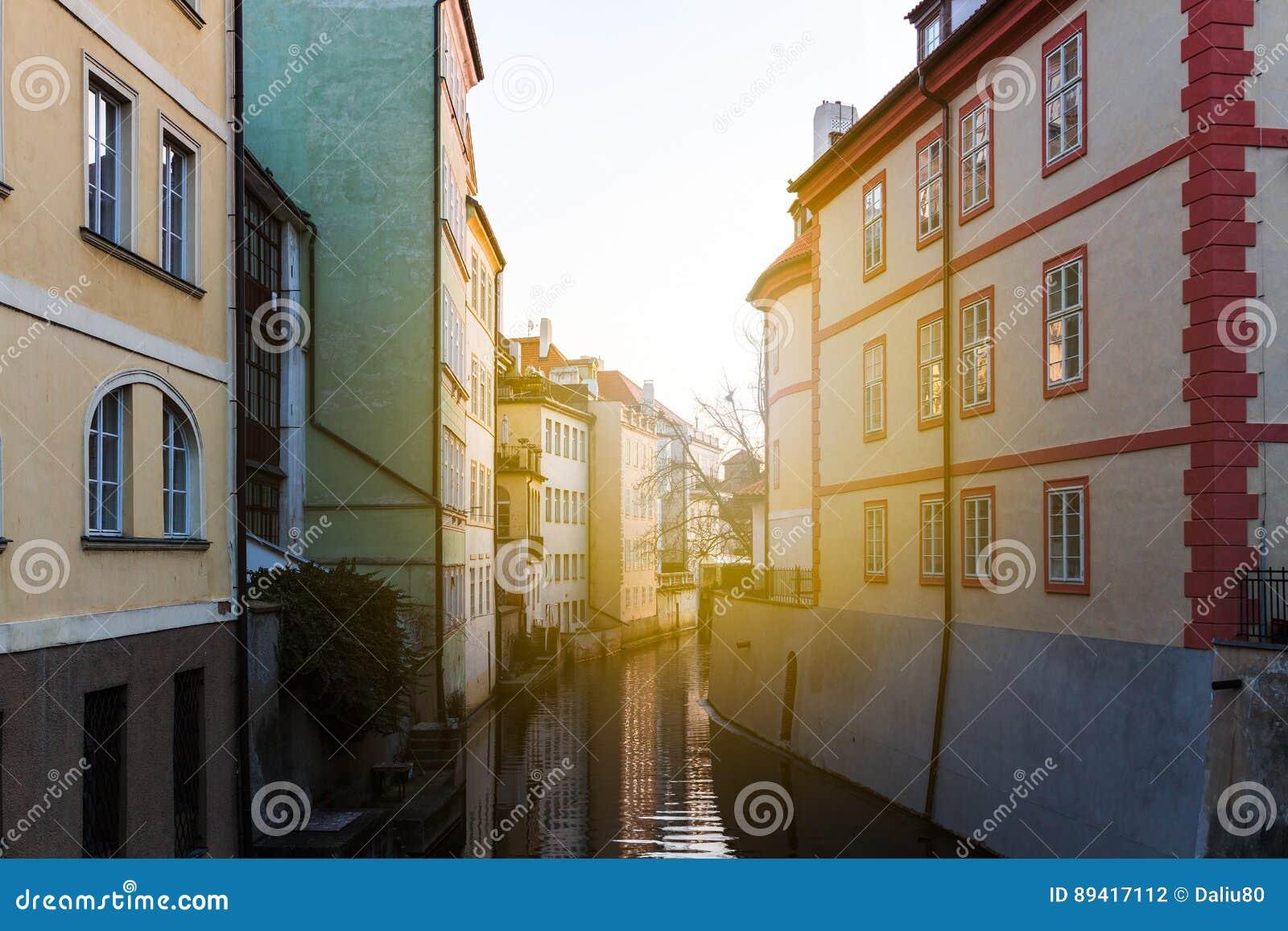 Vista bonita de uma rua com o moinho de água velho em um canal no CEN