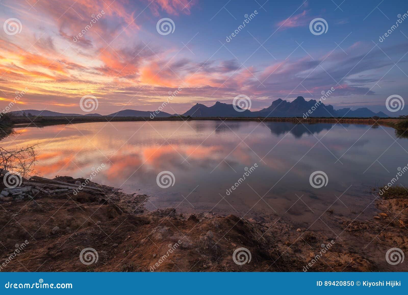Vista bonita do parque nacional do yot do roi de Khao Sam com reflexão