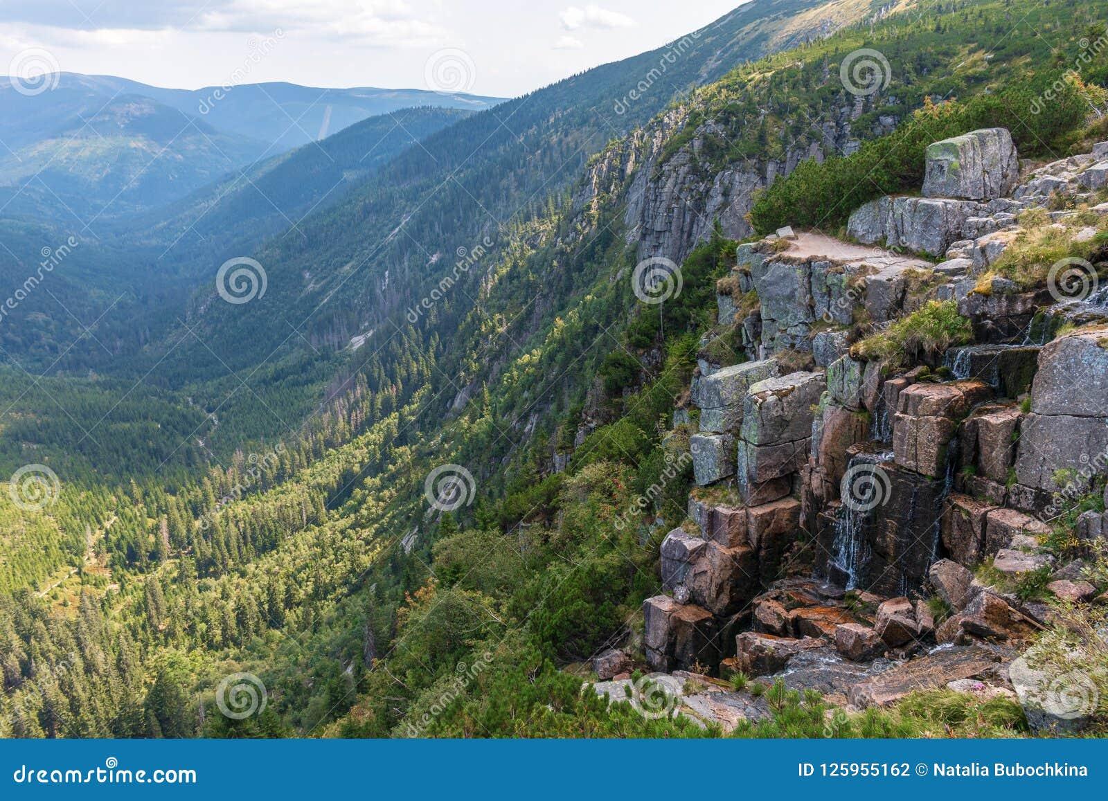 Vista bonita do vale das montanhas, do Elbe de Krkonose e da cachoeira