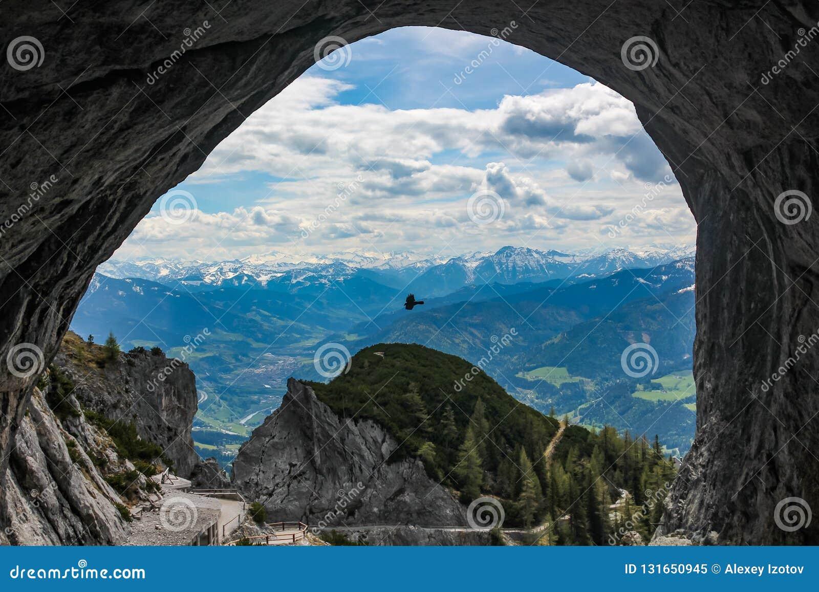 A vista bonita que olha para fora a caverna em Eisriesenwelt perto de Werfen em Áustria