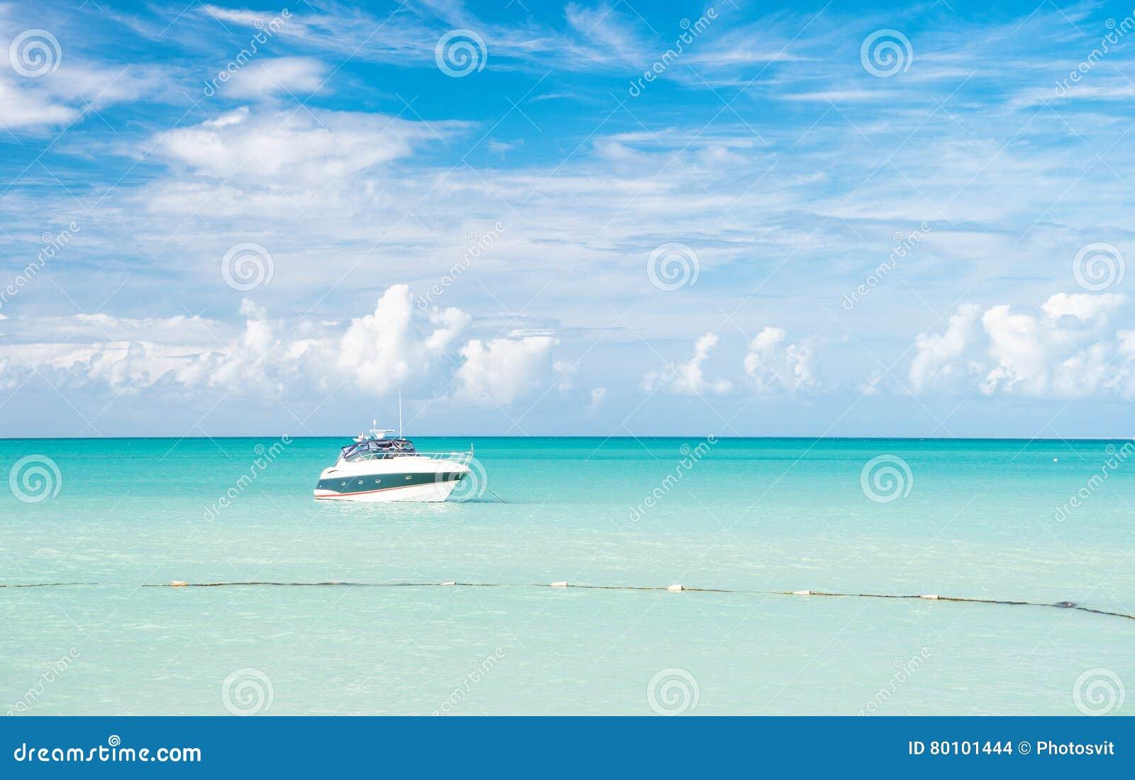 Vista brilhante atrativa da praia marinha bonita colorida exótica com o barco na água azul