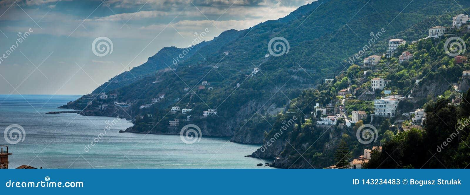Vista cênico da costa famosa de Amalfi, Itália