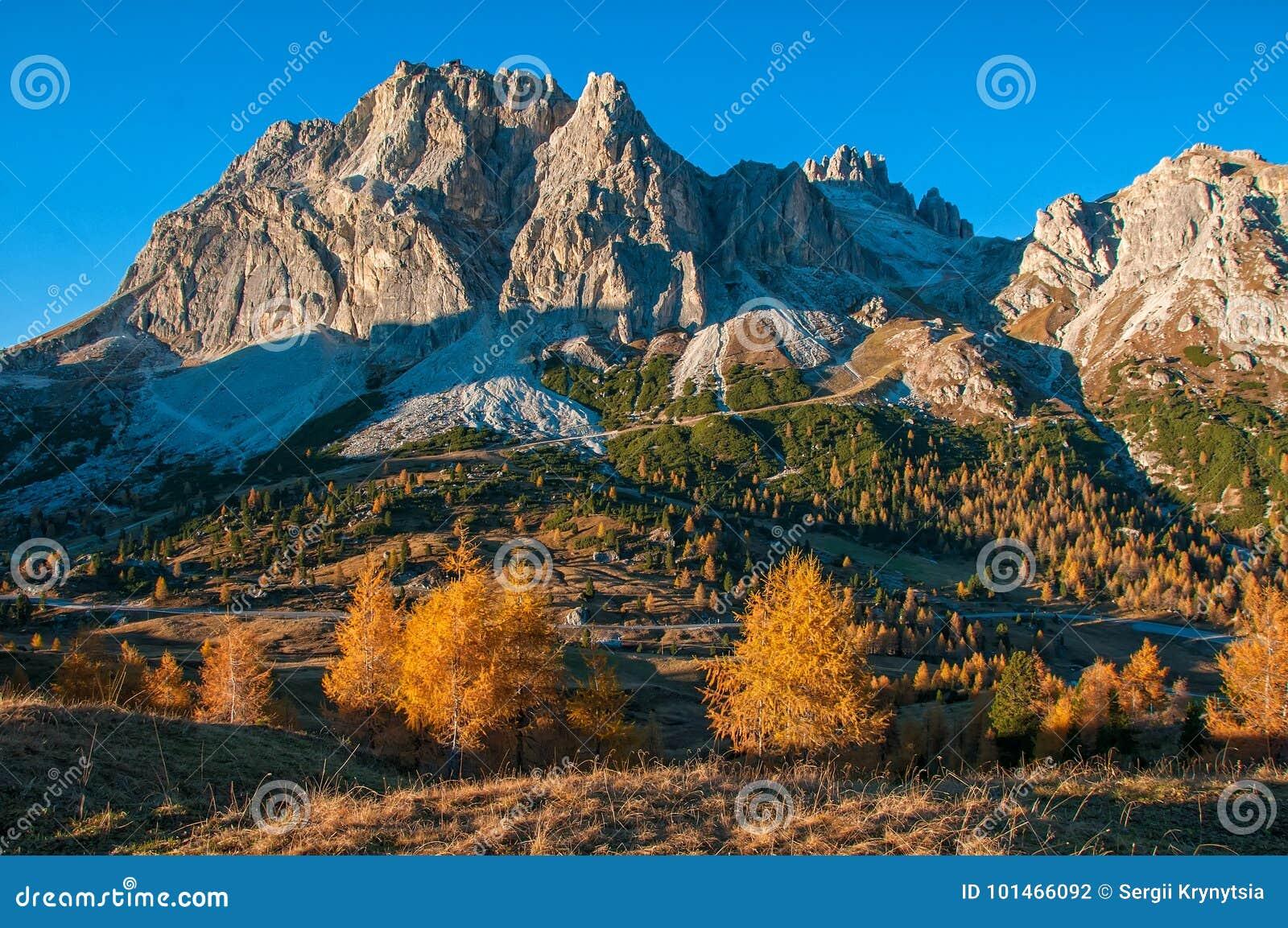Vista cênico da montanha de Lagazuoi em ensolarado na manhã do outono Dolomites, Italia