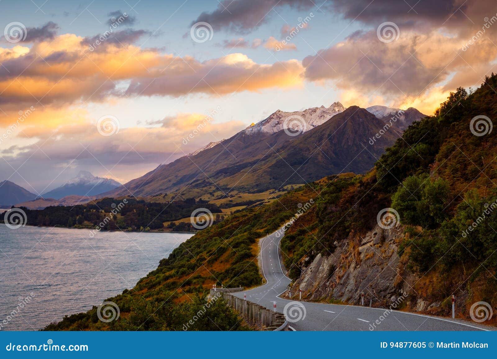 Vista cênico da paisagem da montanha e da estrada, blefe de Bennetts, NZ